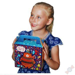 Ребенок с новогодним подарком в картоне
