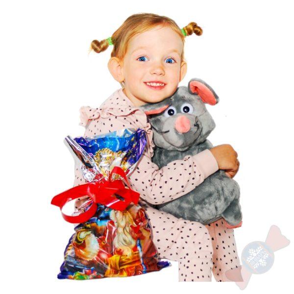Рататуй сладкий подарок у девочки в руках