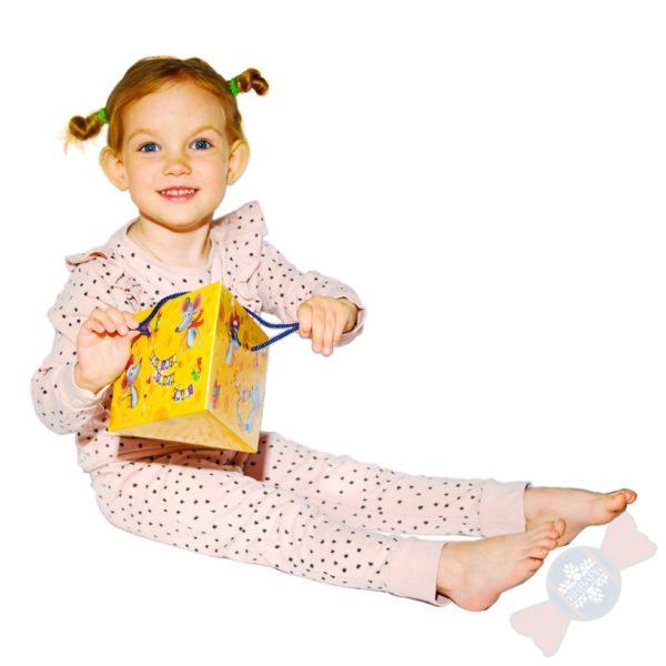 Девочка с новогодним подарком Лакомый кусочек