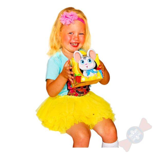 Девочка с сладким подарком Мышка-Норушка