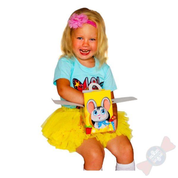 Девочка с новогодним подарком Мышка-Норушка